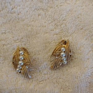 Trifari Jewelry - Vintage Trifari clip on earrings
